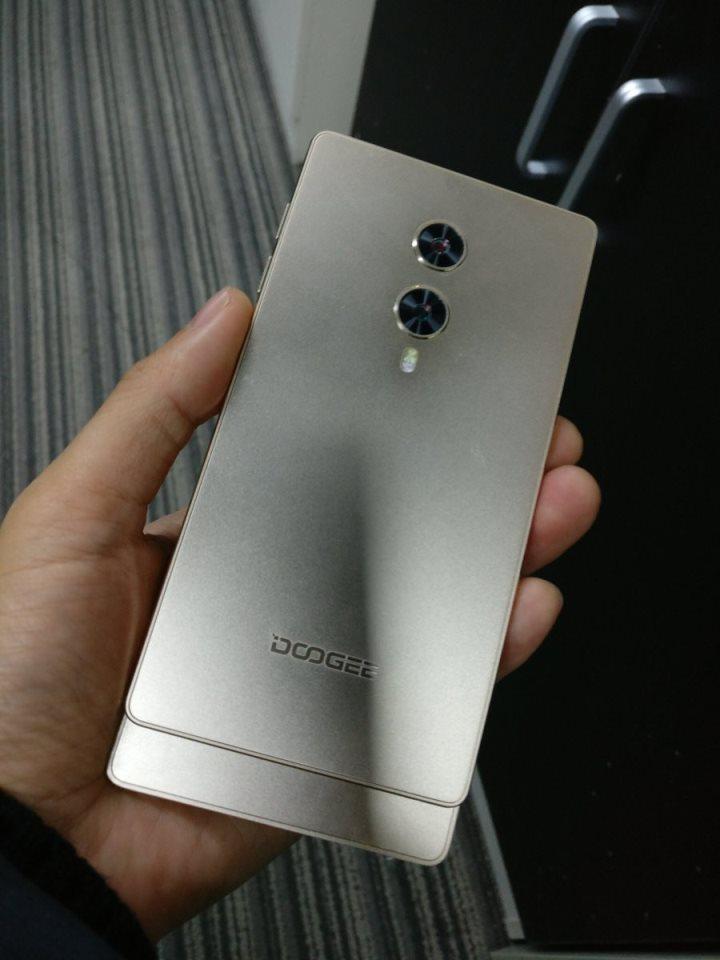 Doogee разрабатывает безрамочный смартфон-слайдер