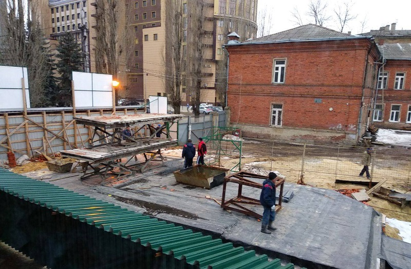 Памятники – по боку: «Воронежбетон» попытается узаконить строительство офисного центра на ул. Пушкинская через суд