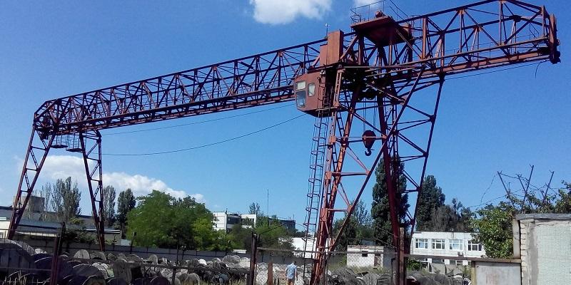Чтоб не упал: Приставы в Воронеже приостановили работу козлового крана