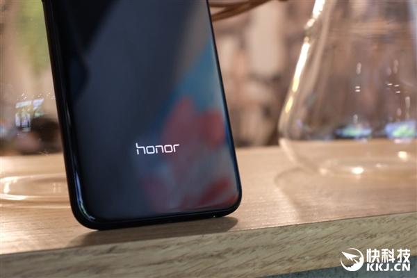 Honor 9i предстал на фото