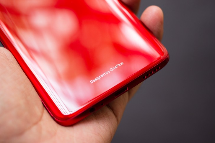 Опубликована подборка фотографий красного OnePlus 6